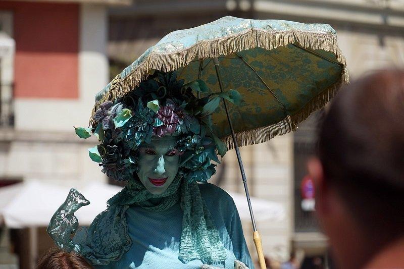 Artysta uliczny z parasolem