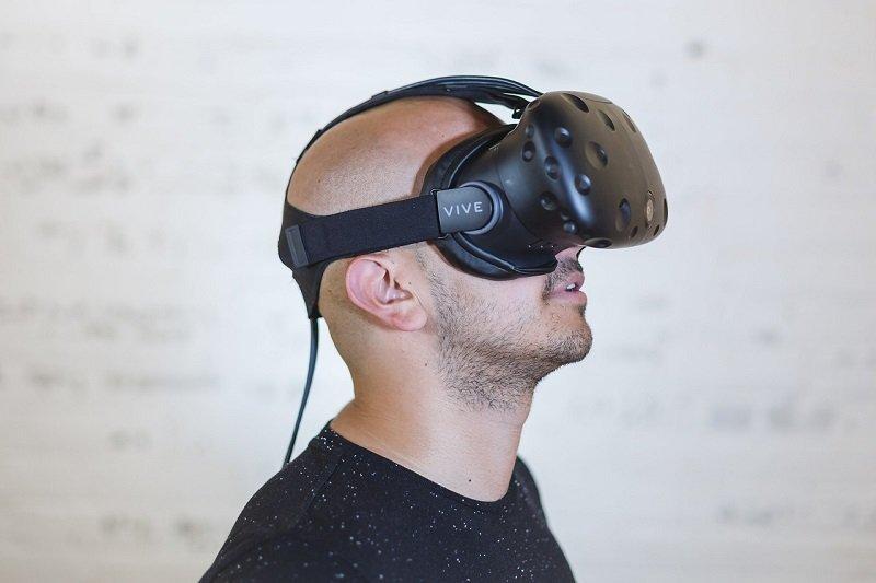 Mężczyzna w okularach VR HTC Vive