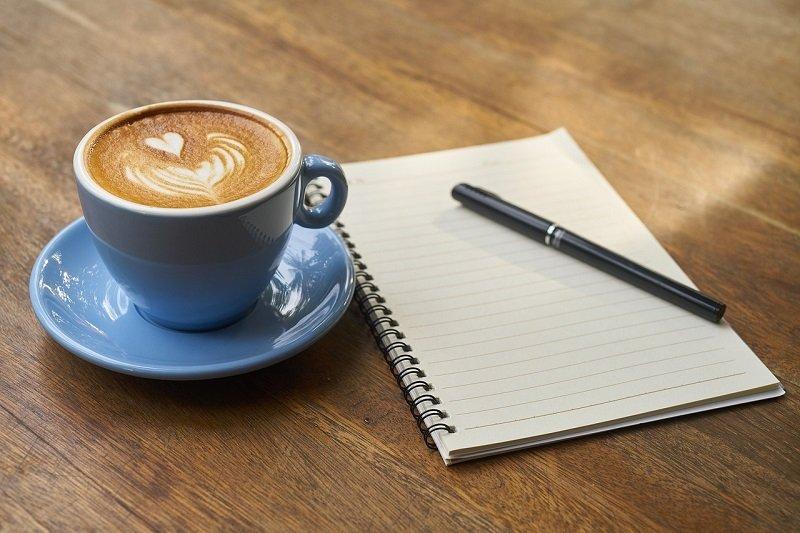 Świeża kawa i notes na kreatywne pomysły