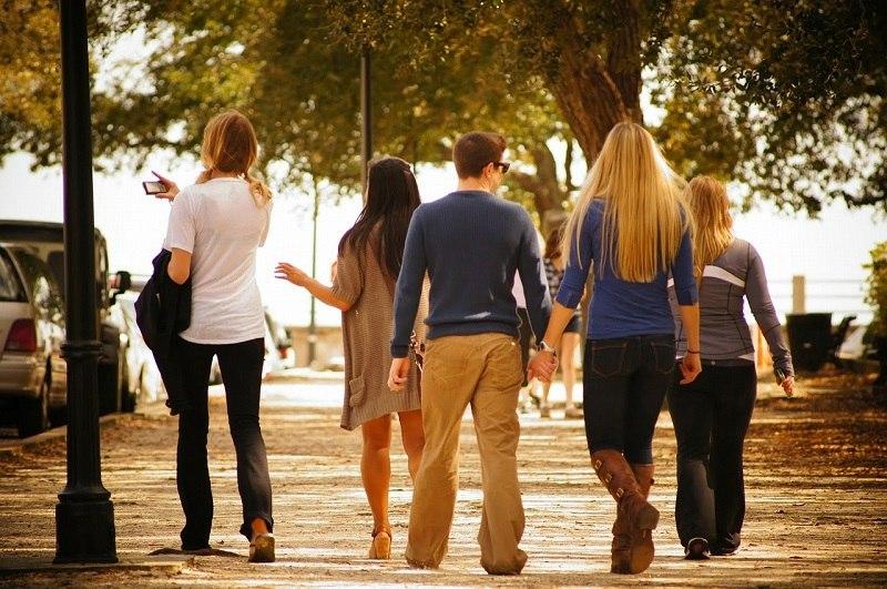 Turyści spacerujący grupą po mieście