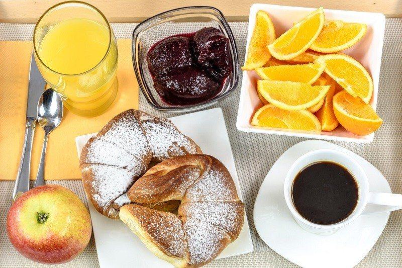 Pełnowartościowe śniadanie z kawą