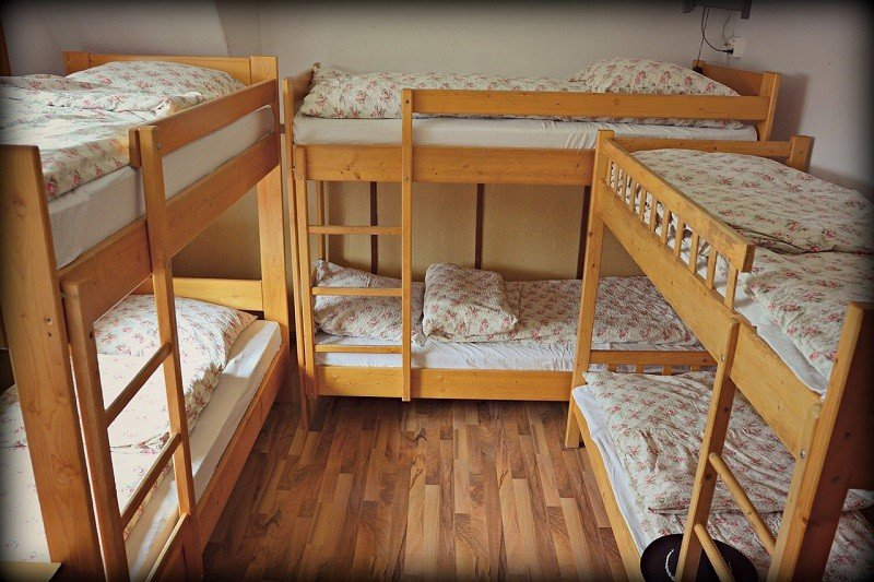 Łóżka dwupiętrowe w obiekcie noclegowym