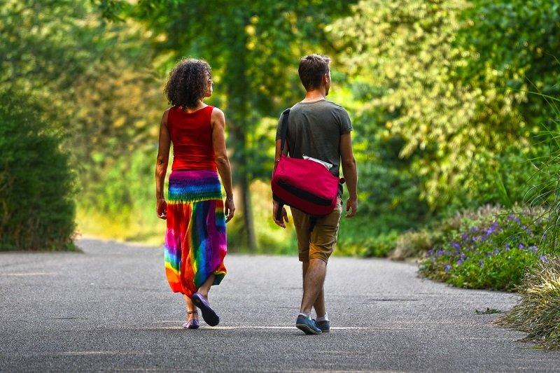 Para spacerująca po parku