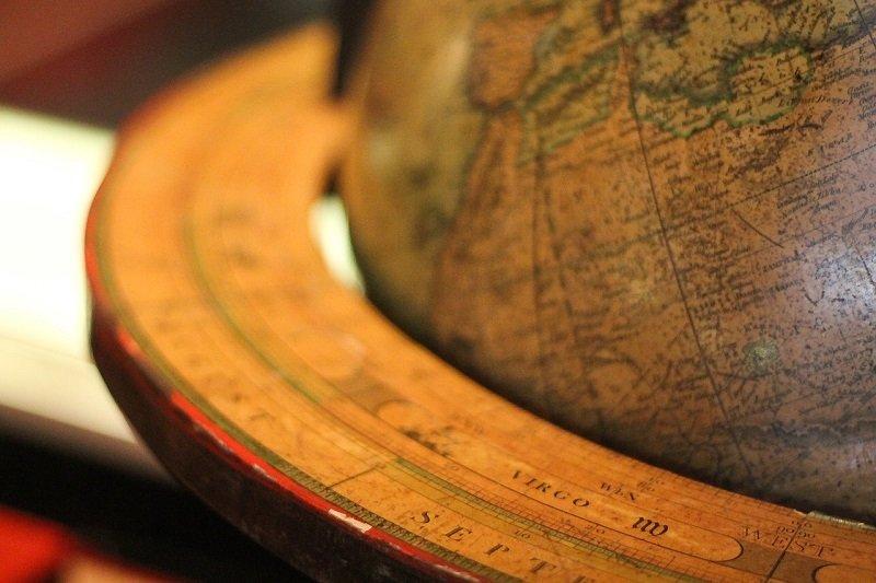 Stary globus - atrybut podróżników