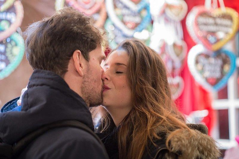 Zakochana para na świątecznym kiermaszu