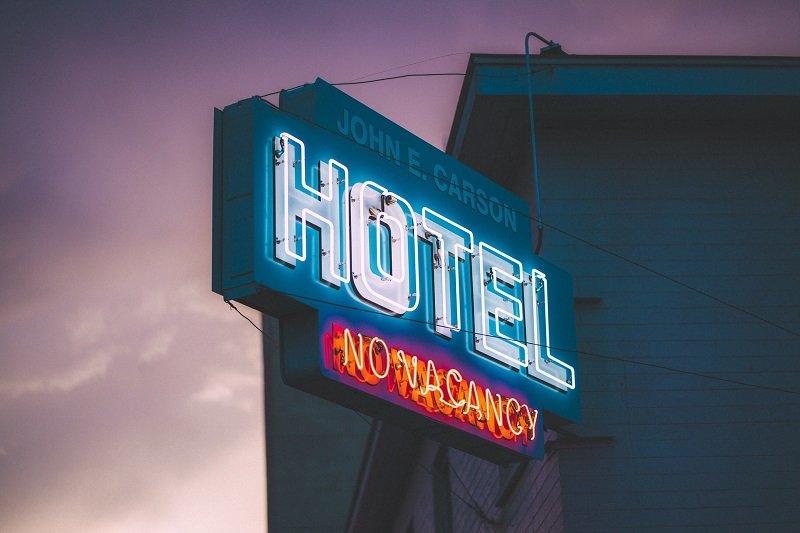 Świecący szyld hotelowy