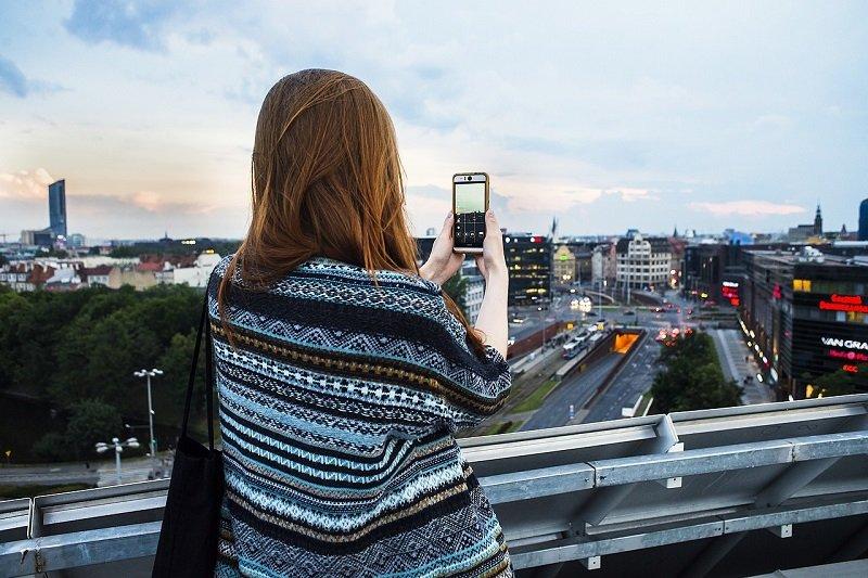 Kobieta robiąca zdjęcie panoramie Wrocławia